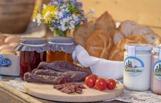 Täglich leckere Hofprodukte auf dem Frühstückstisch